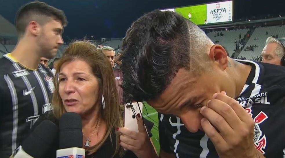 Arana chora ao lado da mãe ao relembrar seu período no Corinthians (Foto: Reprodução)