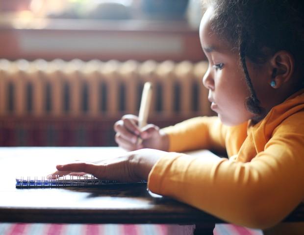 Menina escrevendo na escola (Foto: Thinkstock)