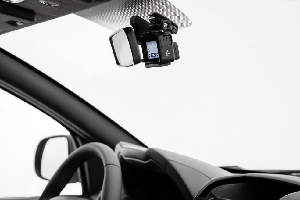 Câmera vem com suporte para ser fixada no vidro — Foto: Divulgação/Renault