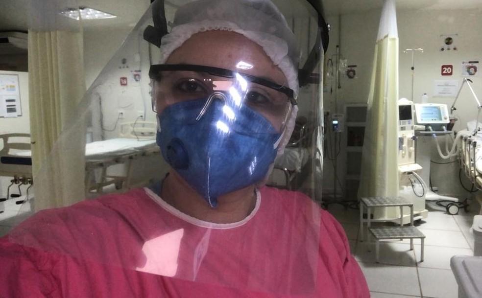 Danielle Neiva em uma das UTIs onde atua no combate ao novo coronavírus — Foto: Cedida
