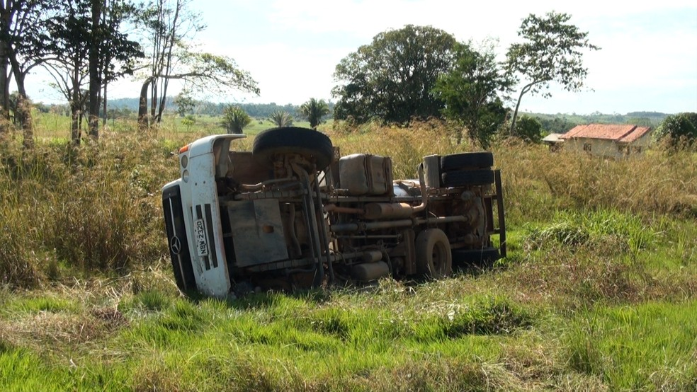 Caminhão tanque ficou tombado na margem da rodovia — Foto: Rede Amazônica/Reprodução
