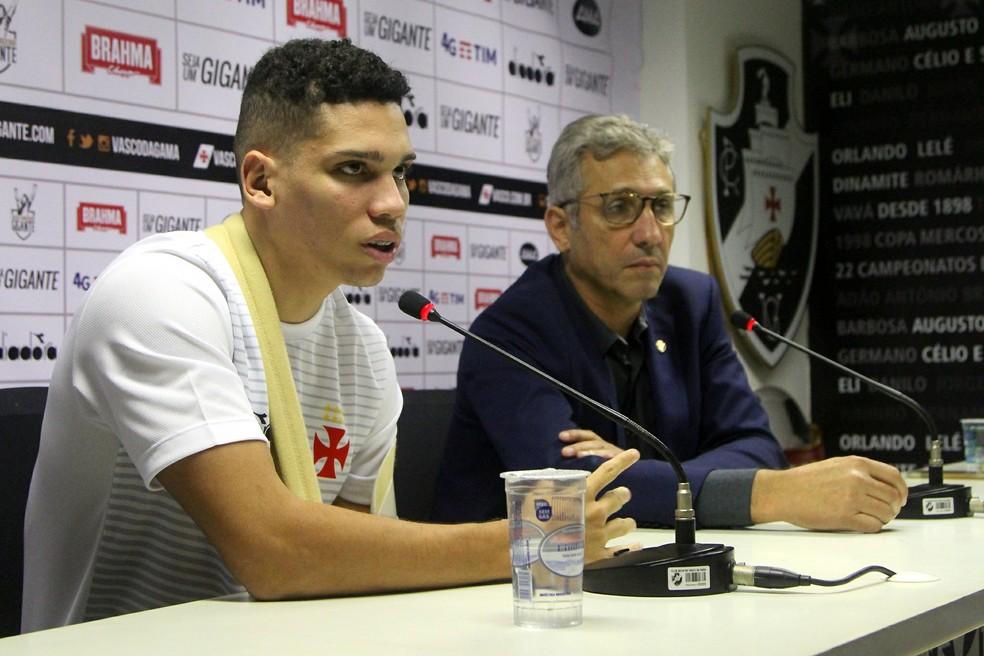 Paulinho ao lado do presidente Alexandre Campello: negociação gerou alívio financeiro ao Vasco  (Foto: Paulo Fernandes / Vasco)