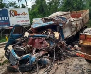Duas pessoas morrem após caminhões baterem de frente, na PR-082 - Notícias - Plantão Diário