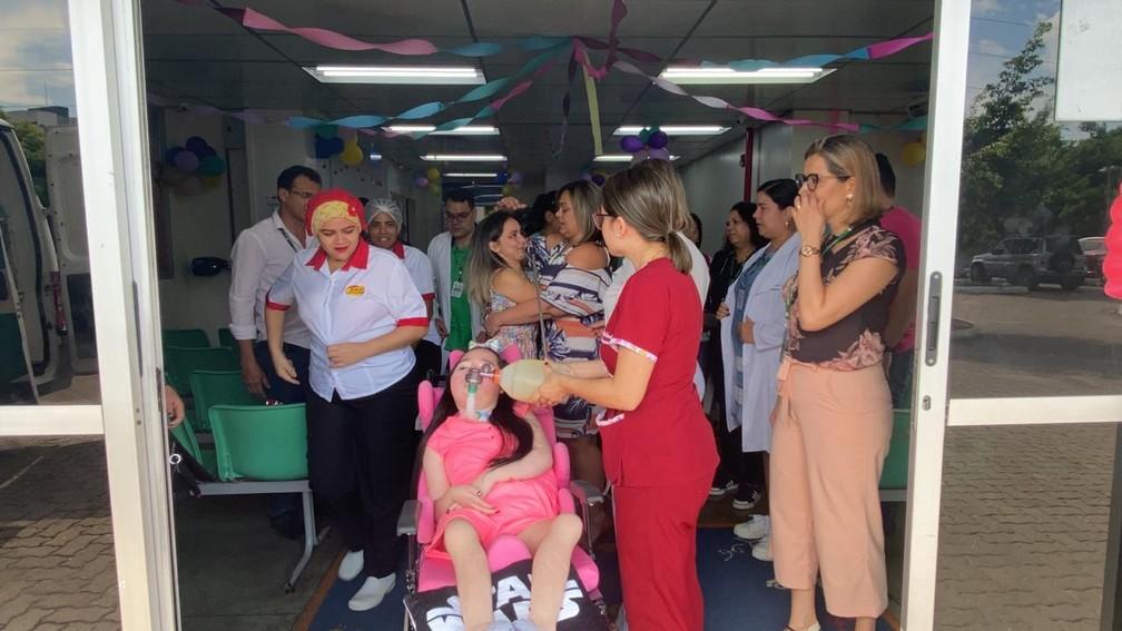 Letícia, diagnosticada com Atrofia Muscular Espinhal (AME), recebeu alta nesta sexta-feira (18) do Hospital da Criança da Zona Oeste — Foto: Carolina Diniz/G1