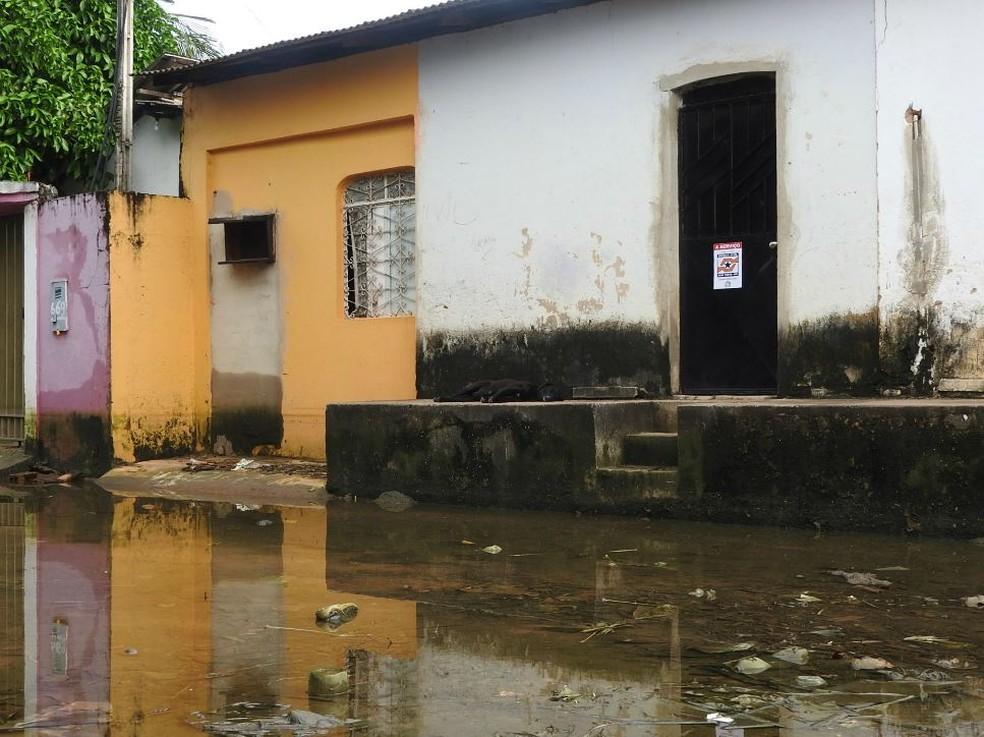 Moradores que tiveram casas interditadas alegaram à Defensoria que estão sendo impedidas de terem acesso ao imóvel (Foto: Valéria Oliveira/G1 RR)