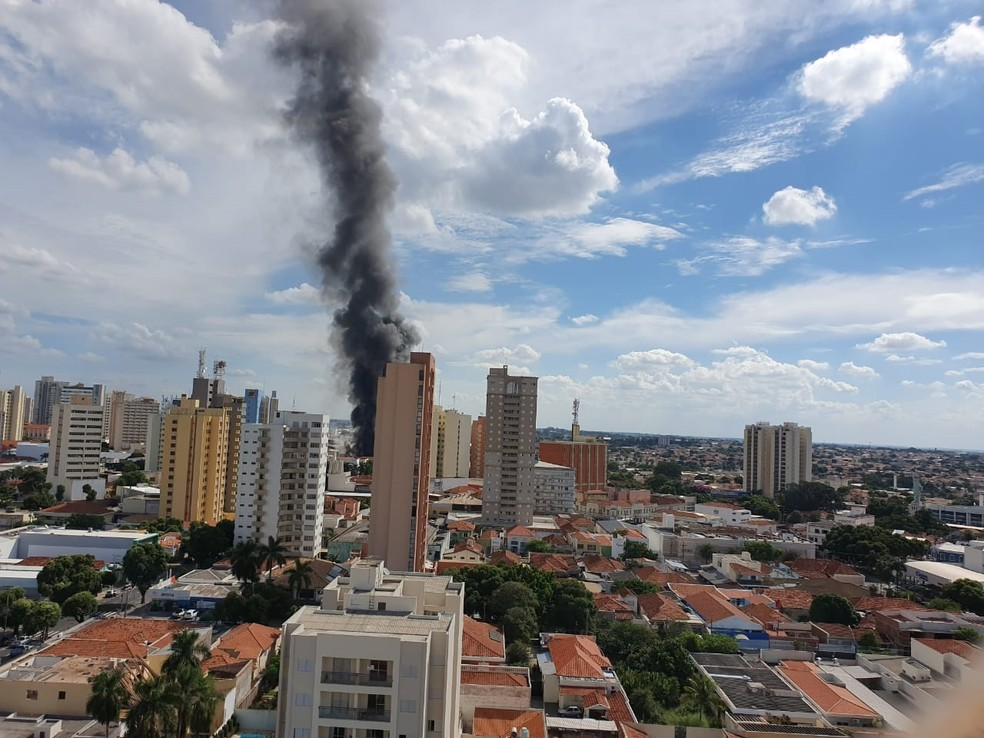 Coluna de fumaça é possível ver de longe no incêndio em Araçatuba — Foto: Arquivo Pessoal