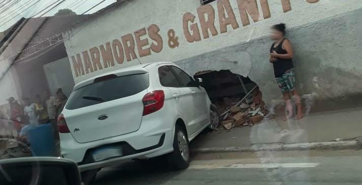 Carro invade calçada e quebra muro de marmoraria em Barra do Piraí - Notícias - Plantão Diário