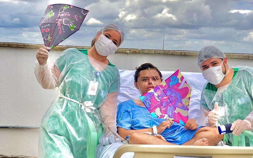 Jovem internado com distrofia realiza sonho de soltar pipa durante banho de sol em hospital do Ceará — Foto: Divulgação/Sesa