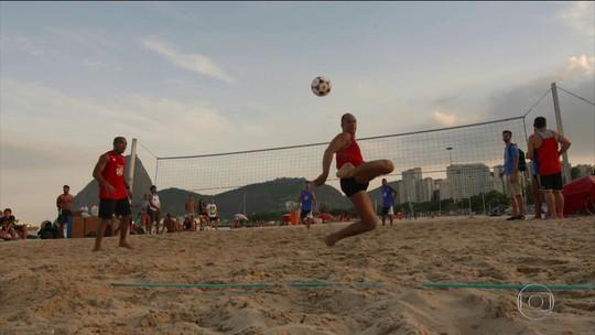 Copacabana é palco de desafios de futevôlei com ex-jogadores e artistas