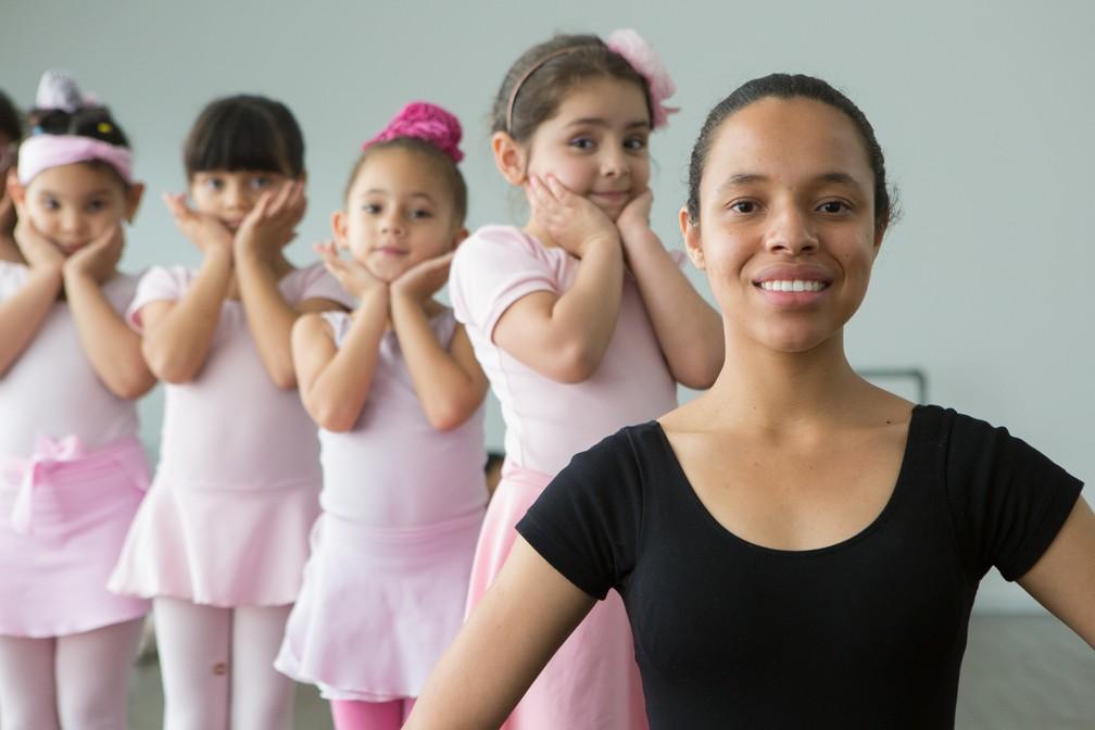 Ana Beatriz da Silva Nascimento, de 18 anos, entrou no projeto aos sete anos e até hoje se emociona com o balé (Foto: Celso Tavares/G1)