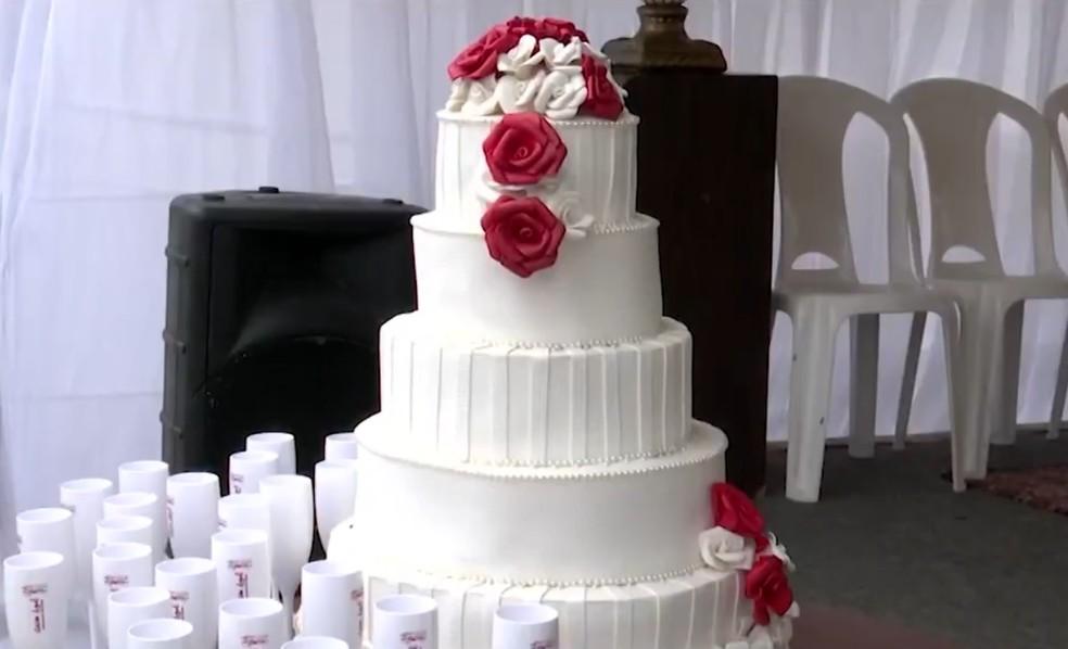 Cerimônia realizada em presídio na Bahia teve direito a bolo e buquê  — Foto: Reprodução/TV Sudoeste