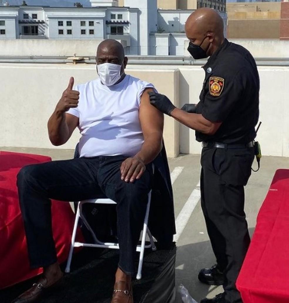 Magic Johnson recebe primeira dose da vacina contra coronavírus — Foto: Reprodução