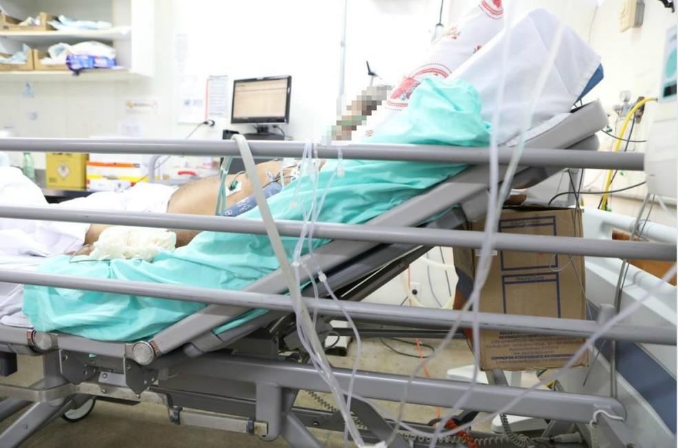 Caixa de papelão é usada como suporte para que maca fique inclinada no Hospital Regional do Paranoá — Foto: Reprodução