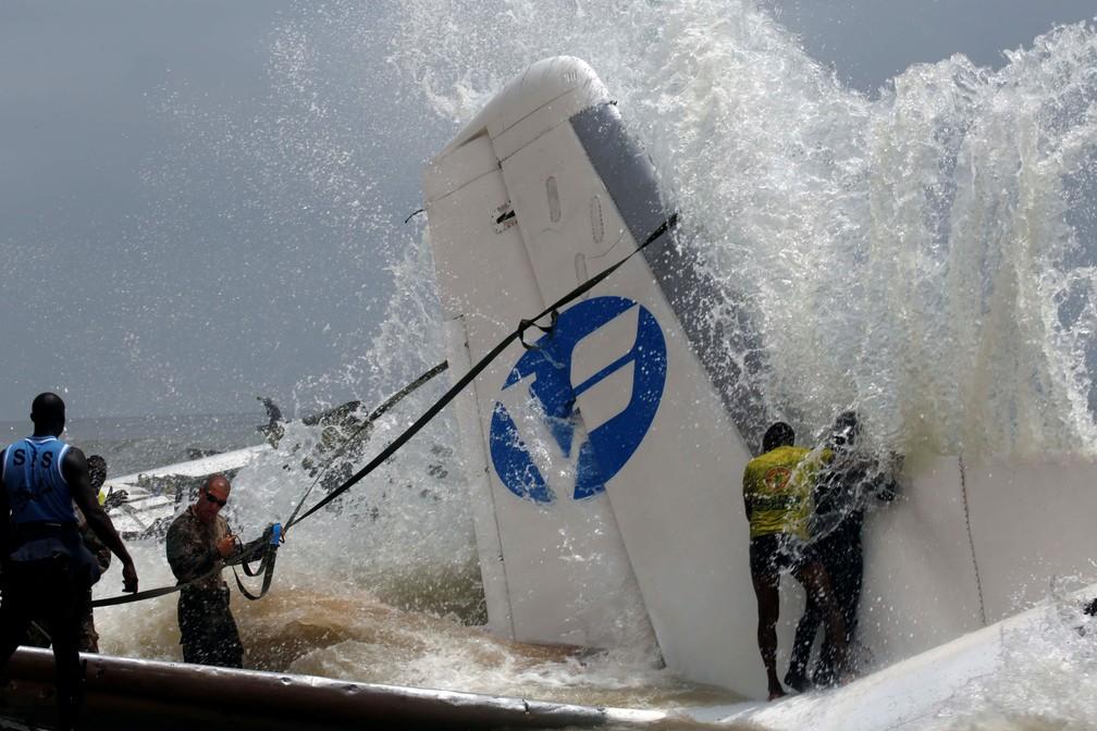 Equipes se preparam para retirar destroços de avião que caiu no mar na Costa do Marfim, neste sábado (14) (Foto: Reuters/Luc Gnago)