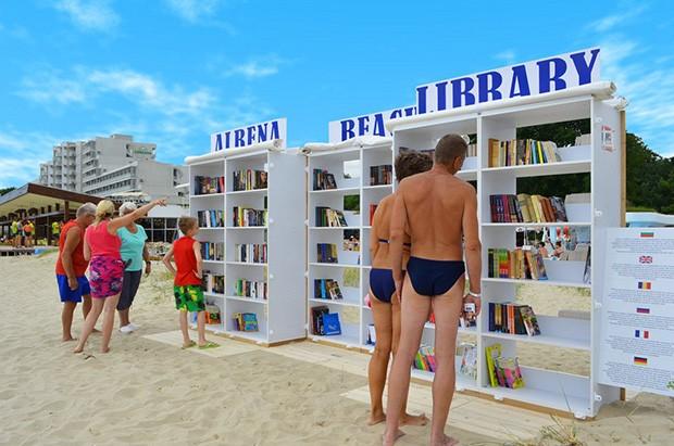 Biblioteca na praia em resort na Bulgaria (Foto: Reprodução/ Facebook)
