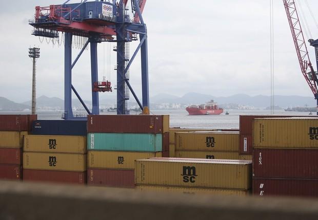 Um cargueiro carregado de contêineres atravessa a Baía de Guanabara, no Rio de Janeiro ; balança comercial ; exportação ; importação ; produtos exportados ;  (Foto: Mario Tama/Getty Images)
