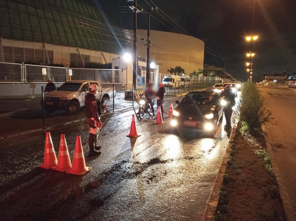 Blitz aconteceu em frente ao colégio Salesiano, na Av. Ayrton Senna, em Nova Parnamirim — Foto: PMRN/Divulgação