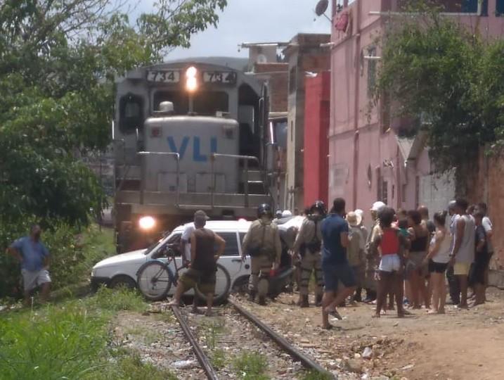 Carro desliga em cima da linha férrea e é atingido por trem em Barra Mansa