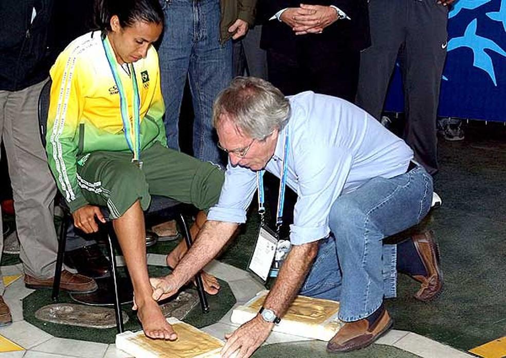 Marta grava os pés na Calçada da Fama do Maracanã em 2007 — Foto: Agencia O Globo