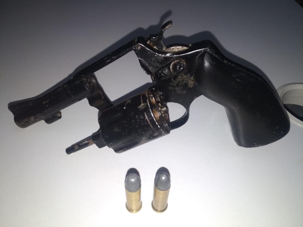 Jovem suspeito de roubos é preso com revólver no bairro do Jacintinho, em Maceió