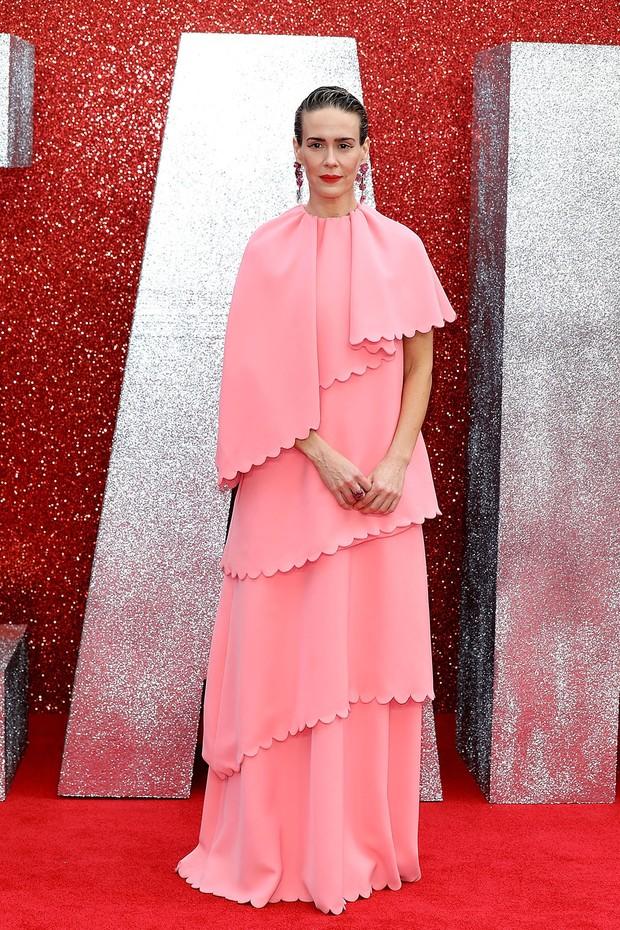 Sarah Paulson de Valentino na pré-estreia de Oito Mulheres e Um Segredo (Foto: Getty Images)