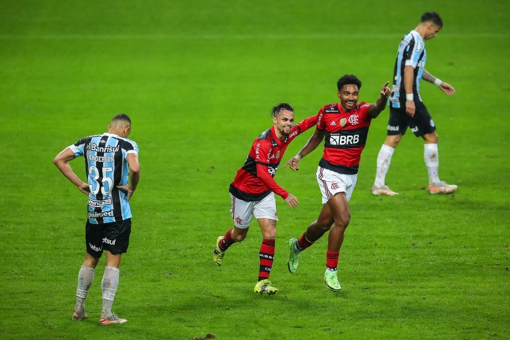 Michael e Vitinho comemoram gol do Flamengo — Foto: Foto: Pedro H. Tesch/AGIF