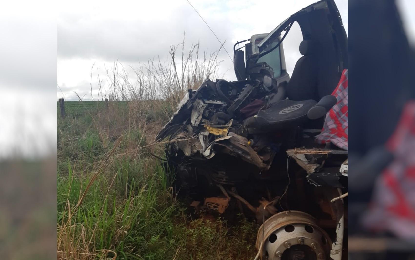 Motorista morre em acidente que deixou caminhão destruído na BR-158, em Jataí