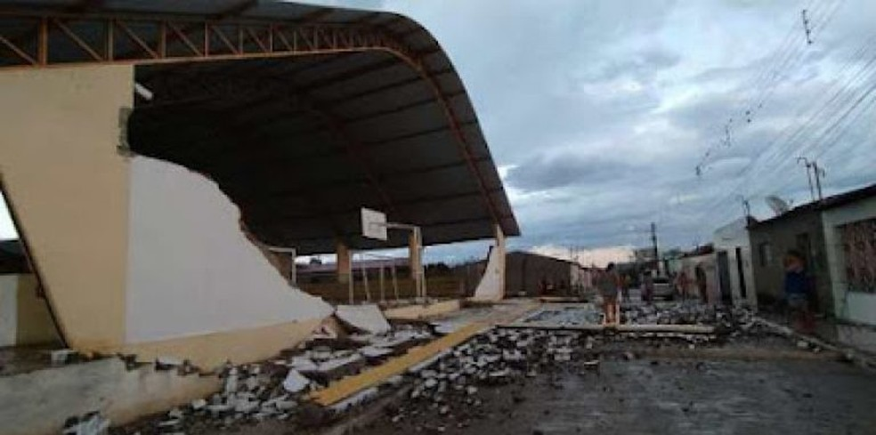 Parede da quadra é destruída após ventania — Foto: WhatsApp/reprodução
