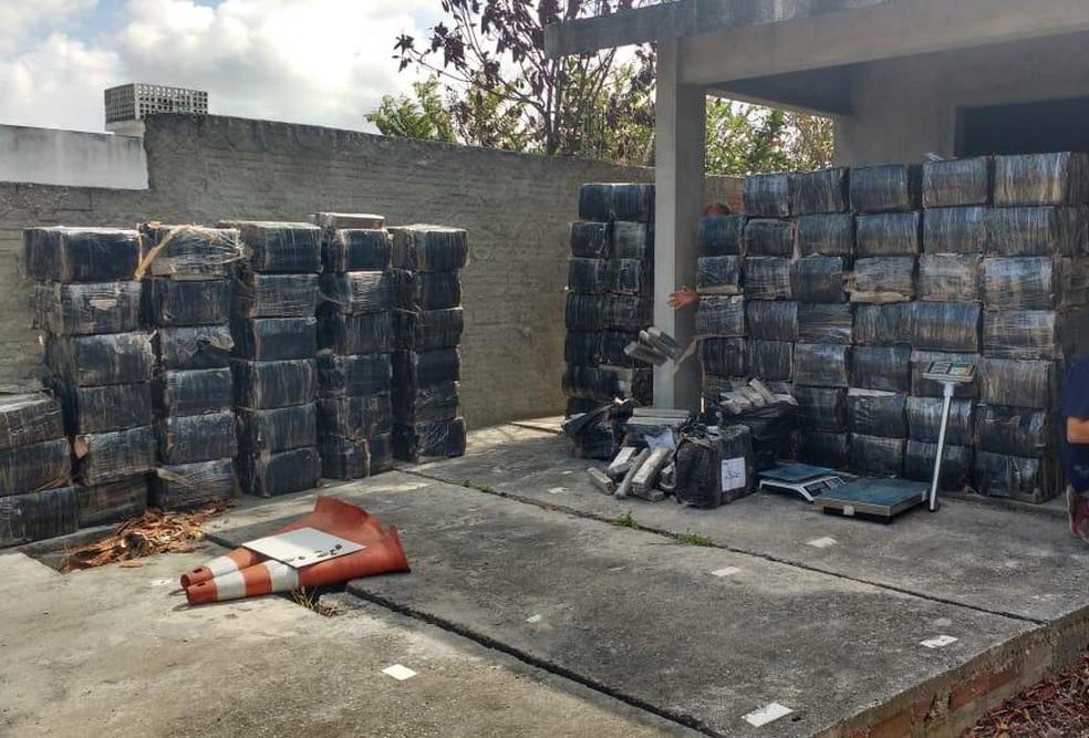 A droga foi encontrada em vários cômodos da casa, além de anotações de venda e distribuição realizadas pelo tráfico na região do Conde, na PB — Foto: Tenente Lucenildo/Polícia Militar