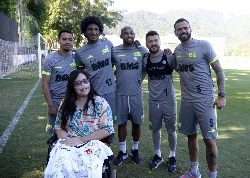 Melissa posa para foto com jogadores do Vasco — Foto: André Durão