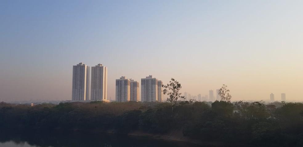 Cuiabá e Várzea Grande amanheceram tomadas por fumaça — Foto: Tiago Terciotty/TV Centro América