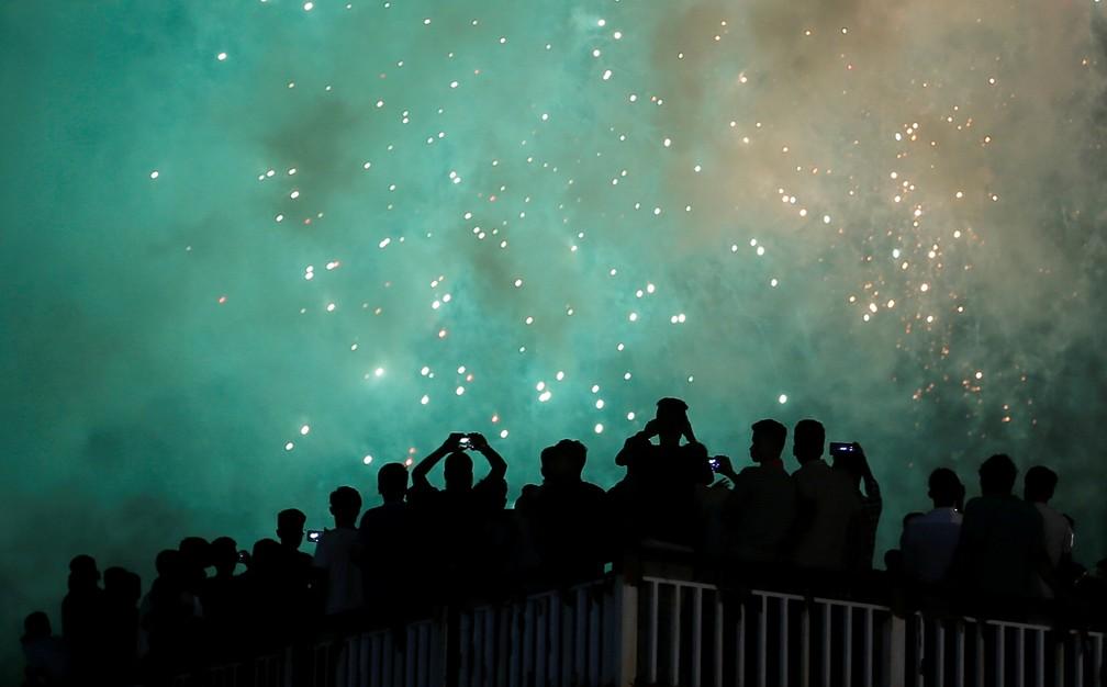Pessoas assistem às celebrações de Ano Novo em Colombo, no Sri Lanka, na quarta-feira (1º). — Foto: Dinuka Liyanawatte/Reuters