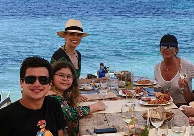 Ana Furtado com a família (Foto: Reprodução/Instagram)