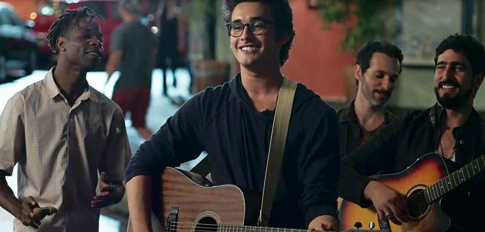 Benjamin (Filipe Bragança) faz serenata ao lado dos amigos — Foto: Globo