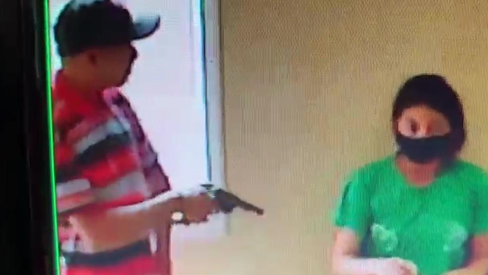 Assaltantes ameaçam funcionários dentro de padaria, em São Luís — Foto: Redes Sociais