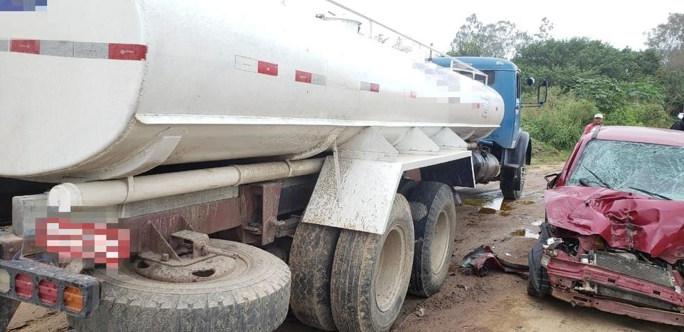 Colisão entre caminhão e carro deixou feridos em Garanhuns — Foto: PRF/Divulgação