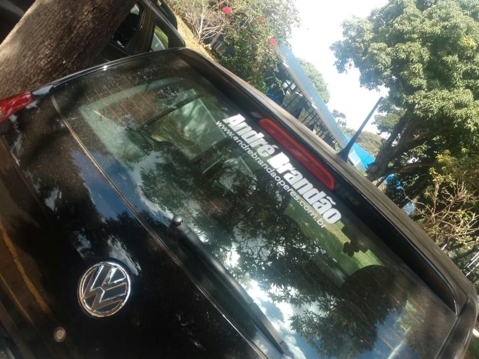 Carro no estacionamento da TCB com adesivo para campanha de André Brandão (Foto: Arquivo Pessoal)