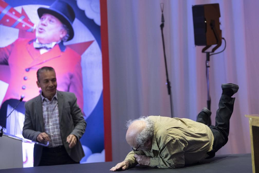Danny DeVito cai em palco durante apresentação do filme 'Dumbo' — Foto: Pedro PARDO / AFP