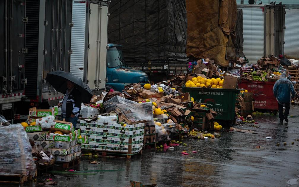 Inúmeros alimentos foram perdidos por conta do temporal  — Foto: Felipe Rau/Estadão Conteúdo