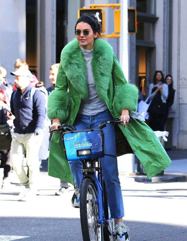 New York, NY  - Kendall Jenner is all smiles riding a Citibike with friends while sporting a green jacket in Manhattan's Soho neighborhood. Kendall looks happy for her 23rd Birthday as she enjoys the day out.Pictured: Kendall JennerBACKGRID USA 3  (Foto: BrosNYC / BACKGRID)