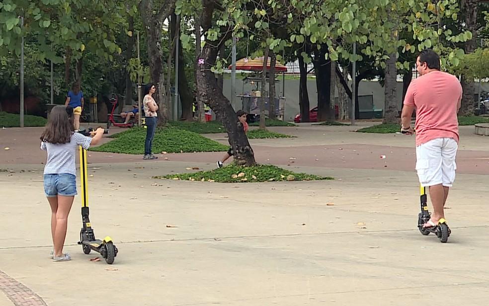 Moradores de Belo Horizonte usam patinetes elétricos em praça — Foto: Reprodução/TV Globo