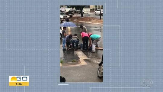 Policiais improvisam maca usando tábua para socorrer vítima de acidente em Uruaçu; vídeo