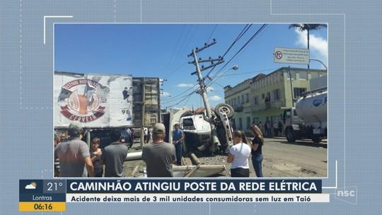 Acidente com caminhão derruba poste e interrompe fornecimento de energia elétrica em Taió