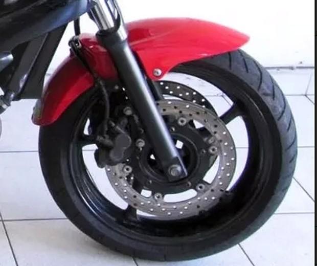 Roda dianteira da Yamaha XJ6N (2012) (Foto: Autoesporte/Reprodução)