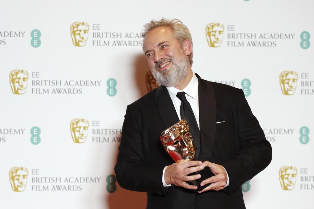 """Diretor Sam Mendes posa com prêmio de Melhor Diretor no Bafta 2020 pelo filme """"1917"""" — Foto: Adrian DENNIS / AFP"""