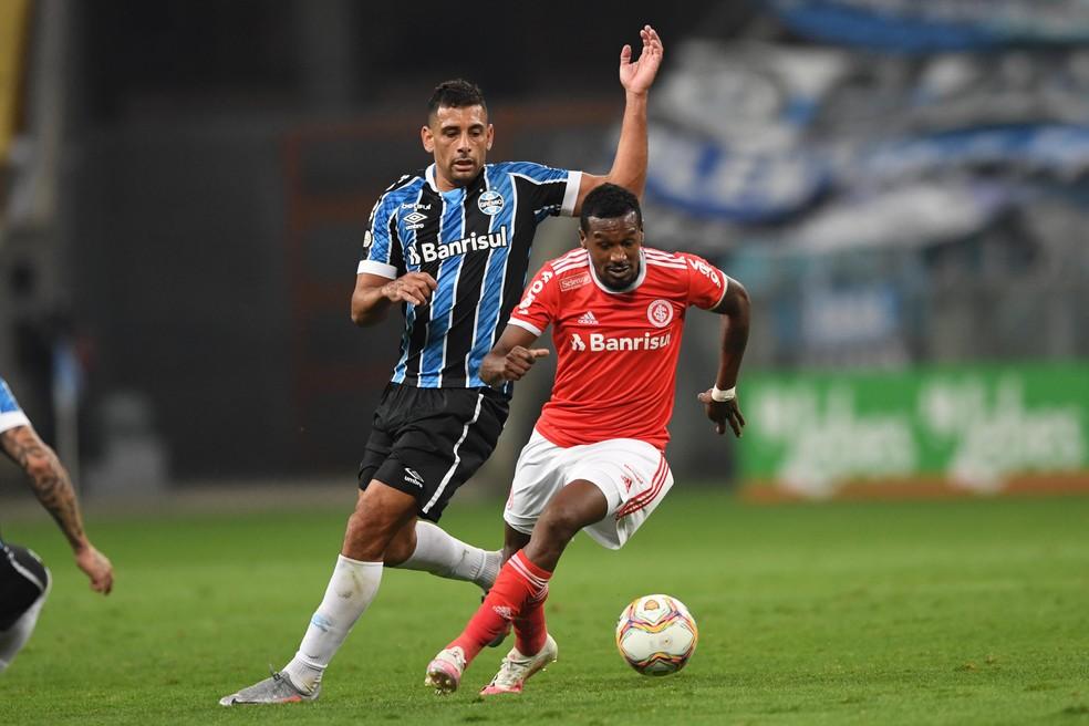 Diego Souza, do Grêmio, e Edenilson, do Inter — Foto: Ricardo Duarte / Internacional