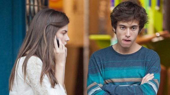 Bianca e João ligam para o número que encontram no celular de Nat