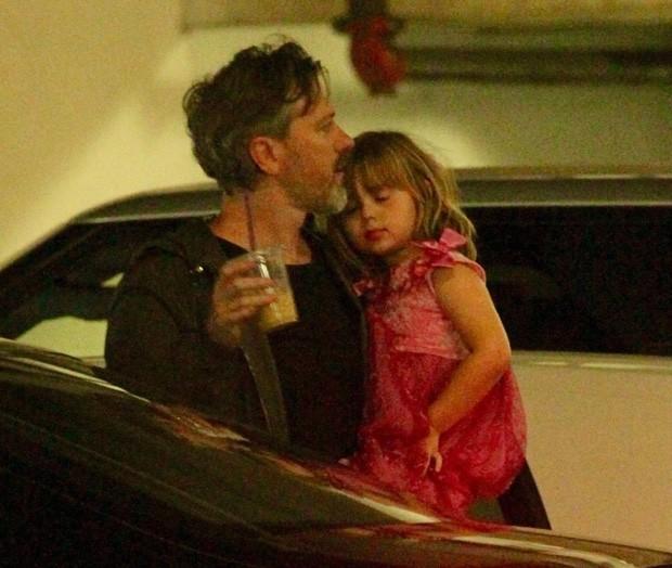 O cineasta Kyle Newman, marido de Jaime King, com o filho James (Foto: BackGrid)