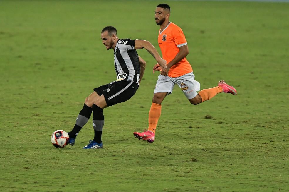 Pedro jogou como meia mais uma vez — Foto: Thiago Ribeiro/AGIF
