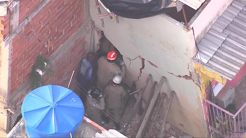 Bombeiros buscam desaparecidos em escombros de imóvel que desabou em Curicica, na Zona Oeste do Rio — Foto: Reprodução/ TV Globo